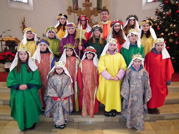 Die 6 Sternsingergruppen unserer Pfarrei kamen von ihren Hausbesuchen zurück und wurden am Dreikönigstag im Rahmen des Familiengottesdienstes empfangen.