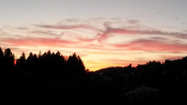 Mystische Abendstimmung: Welches Bild zeichnet sich für dich in diesen Wolken ab?