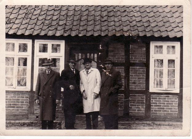 v. l. n. r.  mein Opa Heinrich Stratmann, mein Großonkel Gerd Stratmann, Albert Stratmann aus den USA, mein Großonkel August Stratmann, Foto: privat