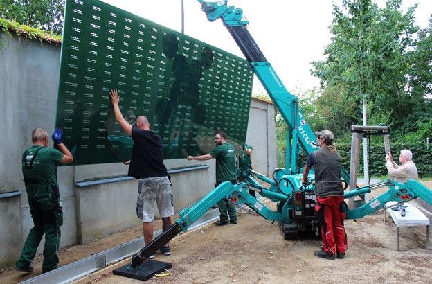 Die erste 800kg schwere Namenstafel schwebt an ihren Standort
