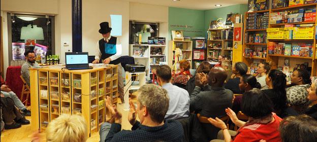 Leseveranstaltung  in Buchhandlung mit Uwe Mayer und  seinem neuen Bilderbuch über die Anfänge des Fahrradfahrens
