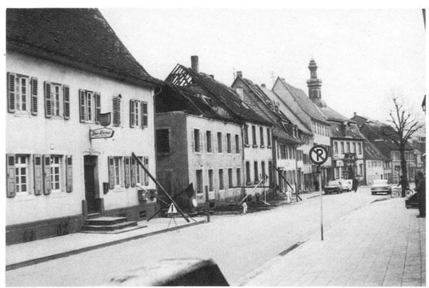 1966,  Die Häuser an der Hauptstrasse kurz vorm Abriss. Bild: Museum