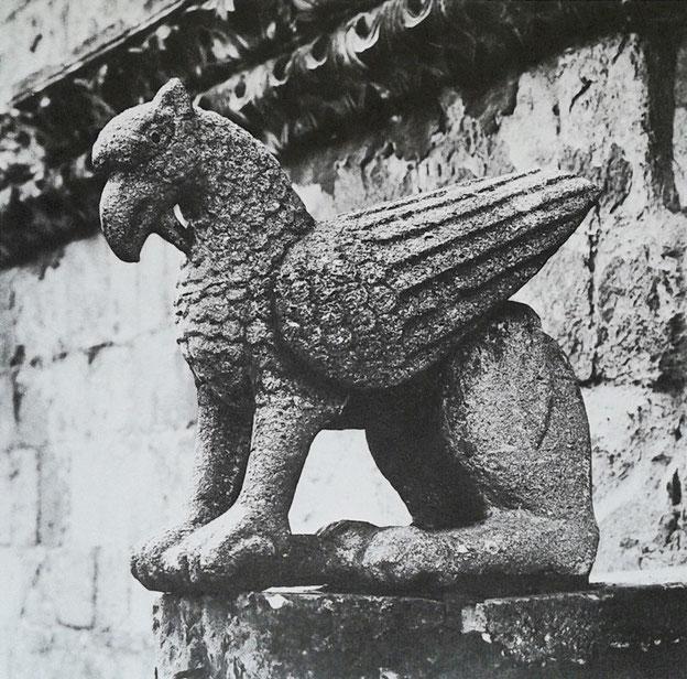 Cattedrale di Larino grifo sulla cuspide del portale