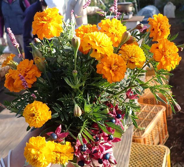 農園のマリーゴールドと里山のクサギで花束を作ってみました@すどう農園
