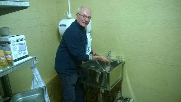 Franz beim Spülen