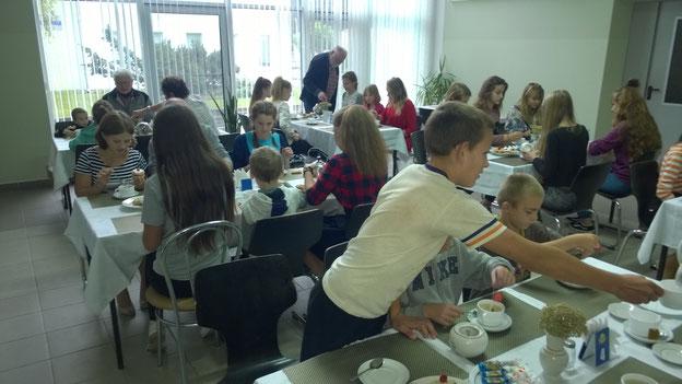 Gemeinsames Teetrinken mit den Kindern.