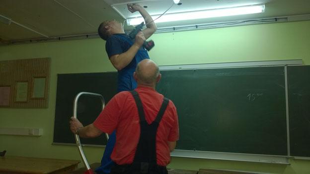 Fjodor und Jürgen bei der gemeinsamen Arbeit. Die ersten Röhren leuchten schon.