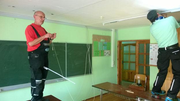 Erst nach Schulschluss um 15.00 Uhr konnten wir in den Klassenräumen die neuen Lampen anbringen. Max und Jürgen bei der Arbeit.