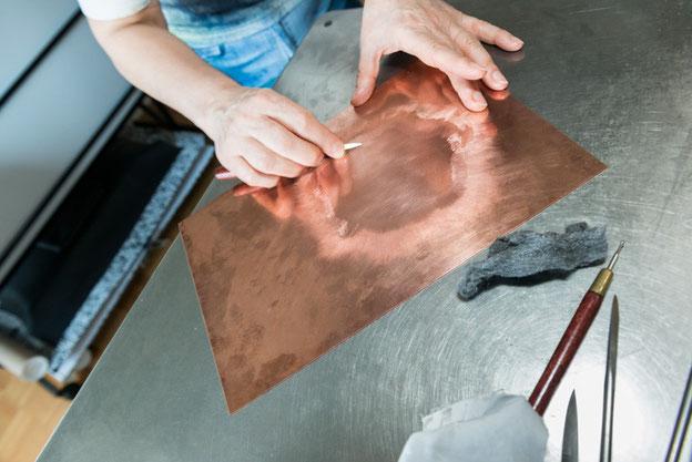Eliana Bürgin   Druckwerkstatt - Mit einem Schaber werden die hellen Stellen einer Mezzotintoarbeit erzielt. Träger: Kupferplatte