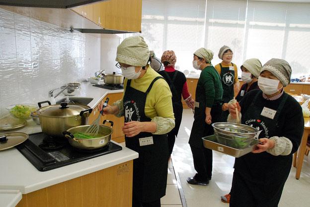 調理室では前日から仕込みで大忙し。