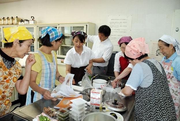 調理の準備 中央が持田さん