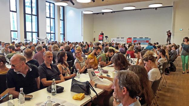 Volles Haus bei der zentralen Stuttgarter Streikversammlung. Foto: Christine Bilger