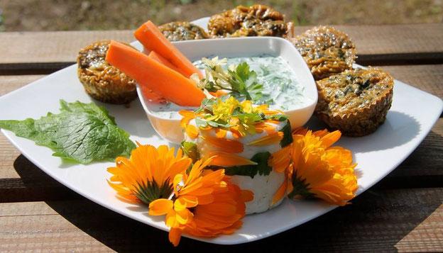 Les muffins d'orties accompagnés d'un raïta de fromage blanc aux feuilles d'alliaire et de plantain et décorés de fleurs de calendula belles à croquer !