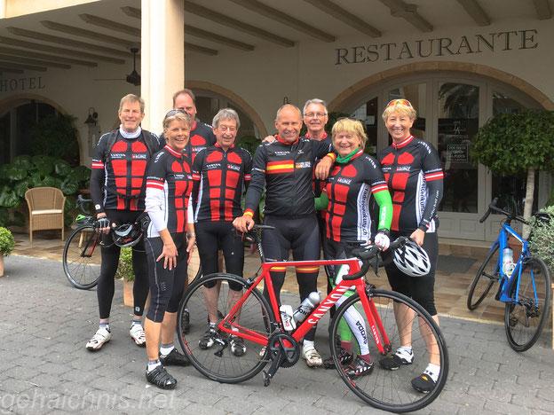 Vor dem ersten Start rund um Dénia. Karl-Heinz, Andrea, Klaus, Jörg, Hans-Peter, Jürgen, Britta und Anja