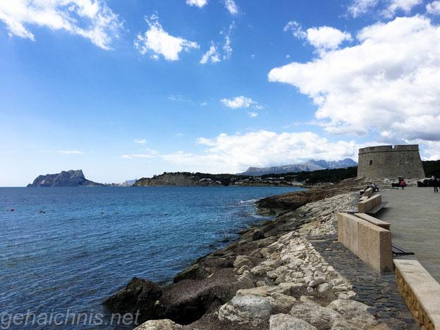 Rechts die Burg von Moraira