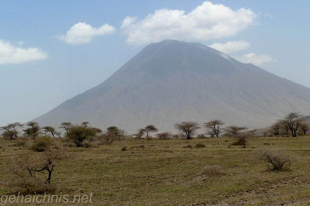 Ol Doinyo Lengai. Für die Massai der Sitz ihres Gottes. Dieser aktive Vulkan liegt etwa 120 km nordwestlich von Arusha im Ostafrikanischen Grabenbruch. Der letzte Ausbruch war 2006