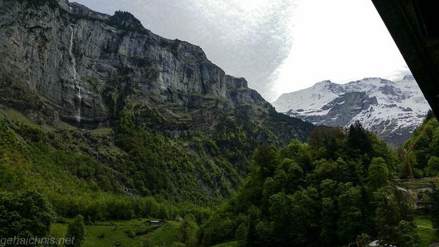 Hohe Felswände säumen das Tal