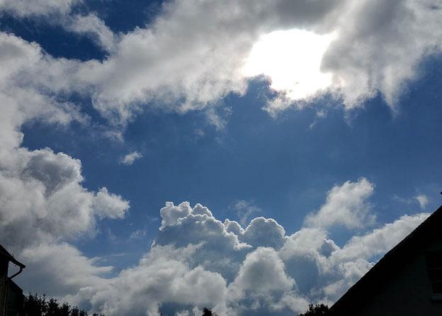Sonne-Wolken-Spiel. Bisher ohne Regen.
