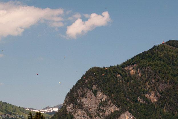Über der Manorfarm am Ende des Sees drehen Gleitschirmflieger ihre Runden.