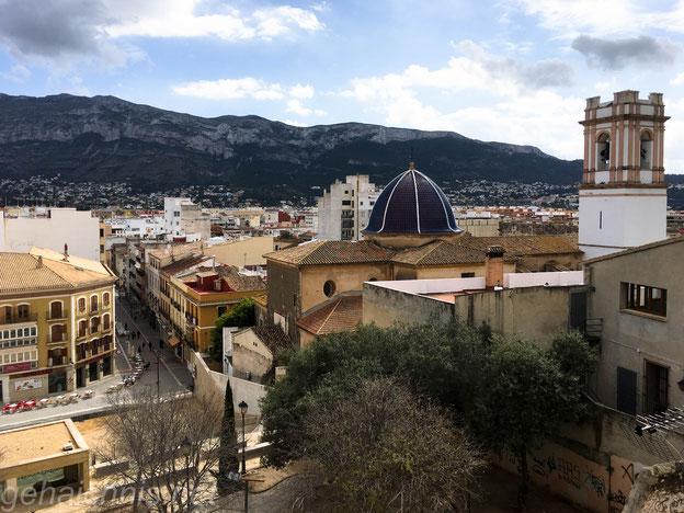 Blick von der Burg über die Stadt und auf den Hausberg Dénia Montgó