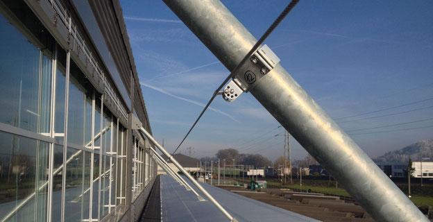 Bild: Absturzsicherung mit Seilsystem und Laufsteg
