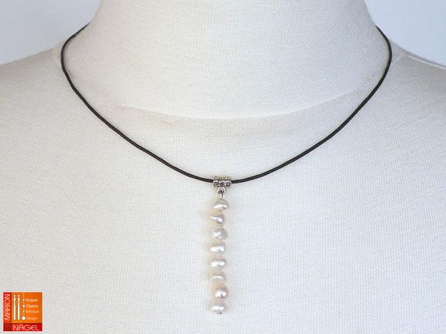Halskette aus Baumwollschnur mit Zuchtperlenanhänger
