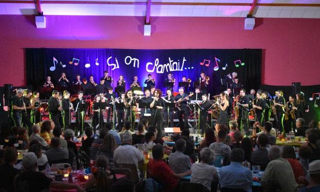 L'orchestre d'harmonie et ses chanteuses