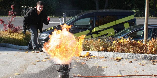 Schulungen und Ausbildungen bekommen Sie bei der IM Brandschutz GmbH - somit können Sie die Sicherheit Ihres Unternehmens erhöhen! Am Bild sehen Sie unseren Geschäftsführer bei der Durchführung einer Löschübung.