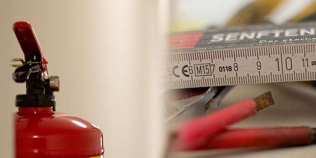 Brandschutzwaren wie Feuerlöscher, Rauchmelder, Brandmeldeanlagen, etc. müssen regelmäßig gewartet werden.