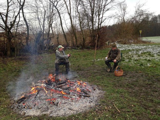 Arthur Grölz und Andreas Deeg mit Kaffee am fast abgebrannten Feuer.