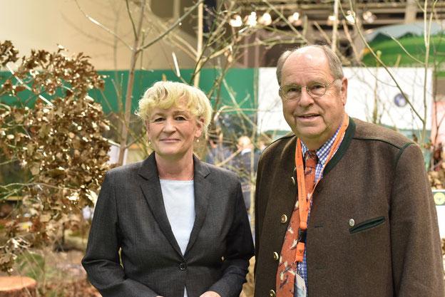 Die BfN-Präsidentin Prof. Beate Jessel und DJV-Präsident Hartwig Fischer auf der Internationalen Grünen Woche: Mehr Biotopvernetzung ist gut für die biologische Vielfalt und reduziert Wildunfälle. Quelle: Kapuhs/DJV