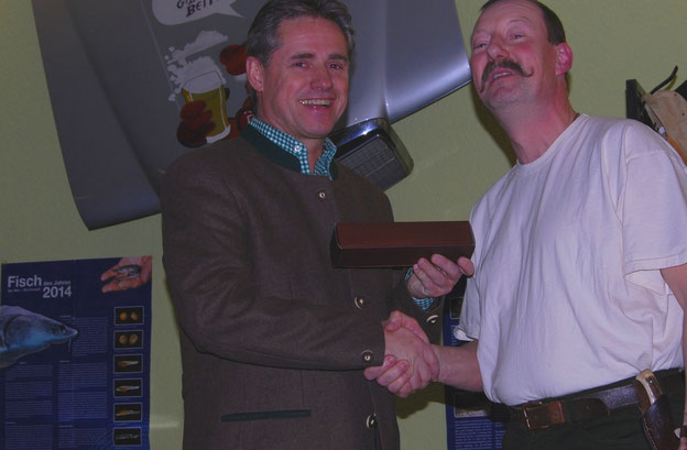 Als kleines Zeichen des Dankes und der Anerkennung überreichte Andreas Deeg das Sammlermesser des DAFV mit dem Fisch des Jahres 2017, der Flunder, an Dieter Mackenrodt