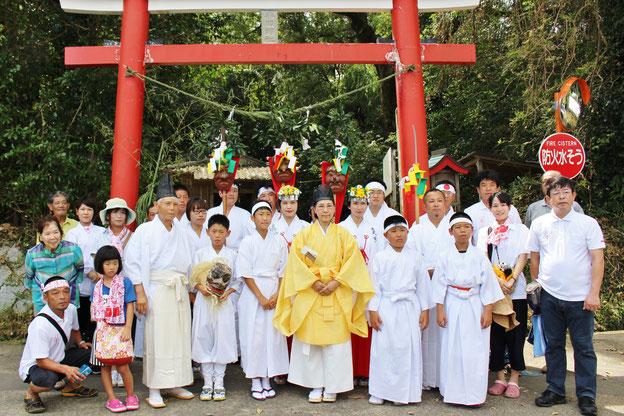 平田神社の鳥居前で、緊張の面持ち