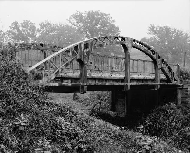 Die Cottonville-Brücke in Iowa wurde um 1946 mit historisierenden und modernen Elementen als eine der ersten geschweißten Stahlbrücken errichtet.
