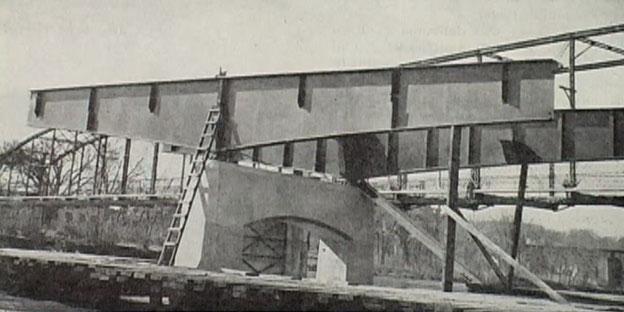 Errichtung der Längshauptlängsträger über Pfeiler Nr. 2 am 4. April 1949
