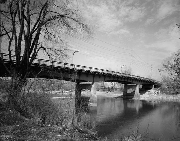 Benton Street Bridge in Iowa City, Blick vom Westufer des Iowa-Flusses aus in nordöstlicher Richtung