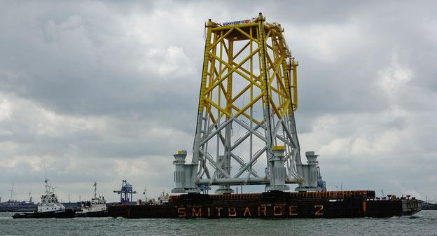 Transport einer Jacket-Plattform für das Offshore-Umspannwerk 'Borkum Riffgrund 2'