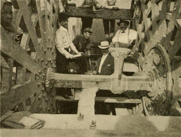 Thermit-Schweißung am Raddampfer 'Betsy Ann' vor dem Entfernen der Metallreste vom Anguss und Steiger