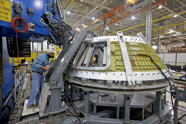 Techniker von Lockheed Martin stellten im Januar 2021 die erste Rührreibschweißung des Orion-Raumschiffs in NASA's Michoud Assembly Facility in New Orleans fertig