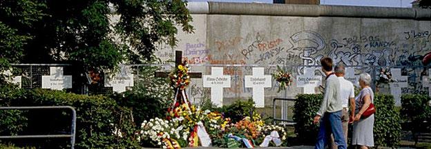 Gedenkkreuze und Kränze vor der Berliner Mauer