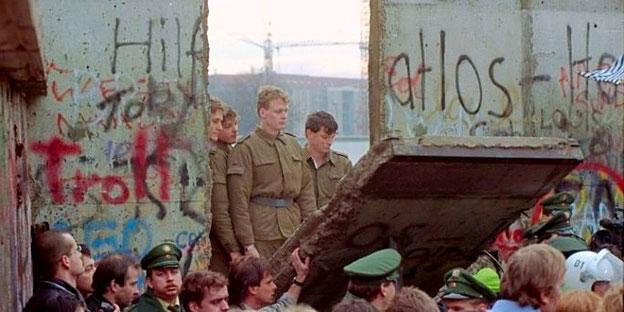 Abbruch der Berliner Mauer beginnt
