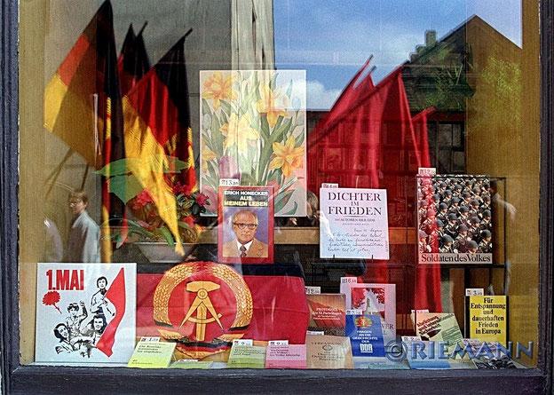 Schaufenster mit DDR-Fahnen, Bild von Erich Honecker und Plakat 1. Mai