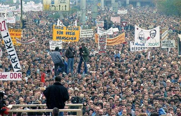 © Bernd Settnik, Tausende Menschen bei Demo am 4. November 1989 Berlin Alexanderplatz