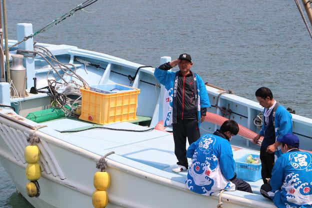 出港する漁船