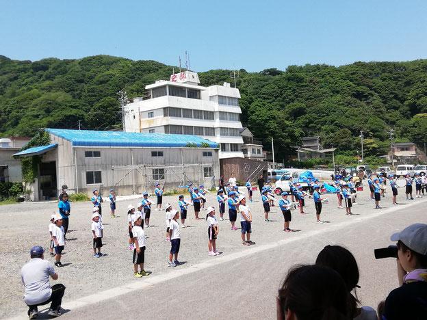 50人くらいの小学生による鼓笛パレードの様子。広場で整列して歌と演奏を聞かせてくれます。