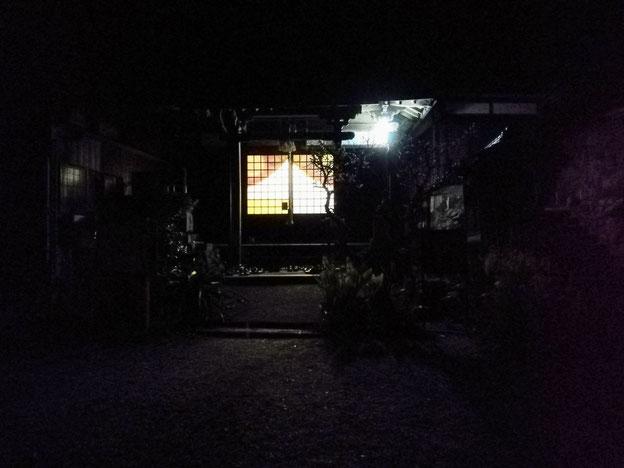 観音堂から漏れる光