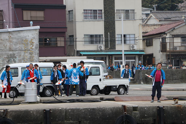 港で伊勢音頭を歌う人たち