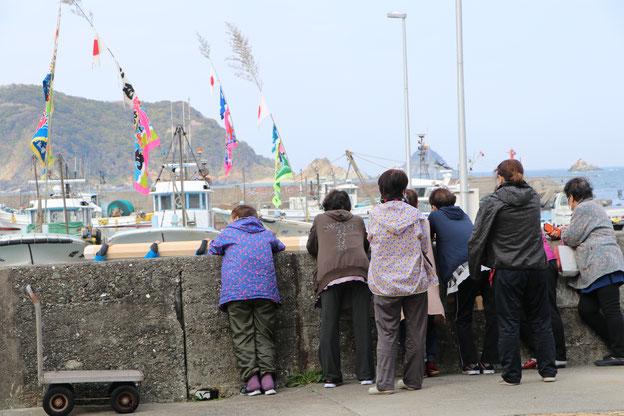 港に集まった女性たち