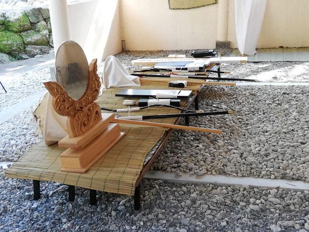 鏡、弓、矢、傘、槍、何かの箱など