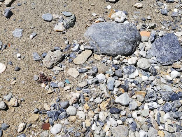 大きい石とシーグラス